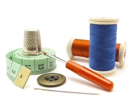 kit de costura: Elementos de costura colorido aislados sobre fondo blanco