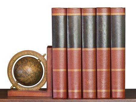 encyclopedias: Libros enciclopedia con apoyo de globo en madera estante aislados en blanco