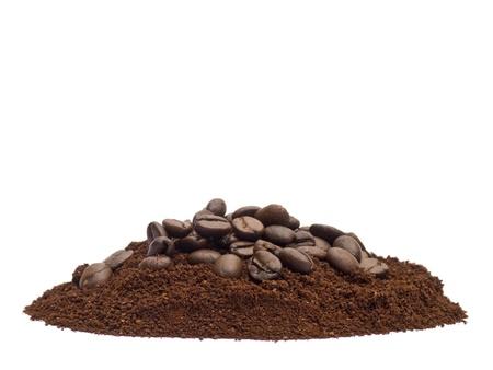 polvos: Caf� en polvo y frijoles aislados sobre fondo blanco