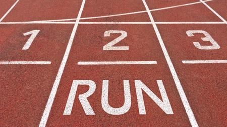 pista de atletismo: Posici�n inicial de pista de atletismo con correr escrito sobre ella