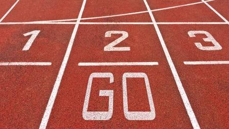 pista de atletismo: Pista de atletismo con los n�meros y van muestra Foto de archivo