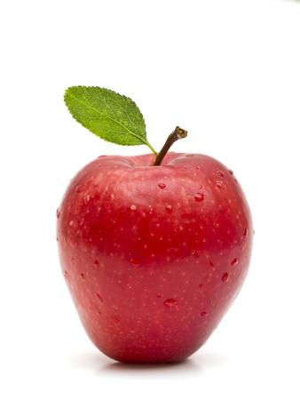 manzana roja: Hermosa manzana roja con hojas verdes sobre fondo blanco Foto de archivo