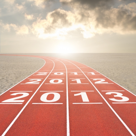 frisse start: Frisse start 2013 concept met atletiekbaan in de woestijn Stockfoto