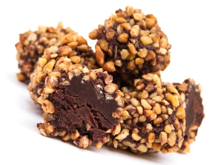 trufas de chocolate: Trufas de chocolate Nueces sobre fondo blanco