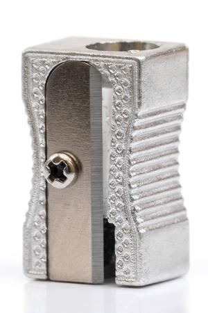 sacapuntas: Macro de sacapuntas en fondo blanco, enfoque selectivo en la maquinilla de afeitar