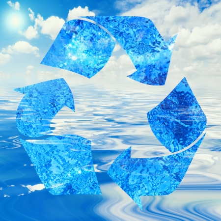 filtración: Concepto de reciclaje de agua con el símbolo y el océano