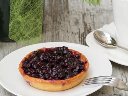 blueberry pie: Peque�o pastel de ar�ndanos casera en placa con decoraci�n Foto de archivo