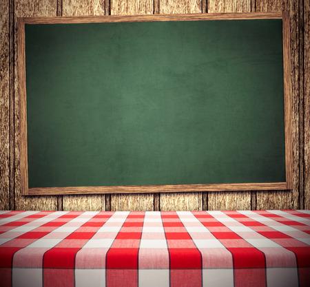 Rote Tischdecke auf grüne Tafel, kopieren Platz für Menü