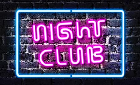 night club: Signo de ne�n del club de noche en la pared de ladrillo