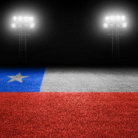bandera chilena: Campo de bandera chilena con las luces del estadio iluminados en el fondo