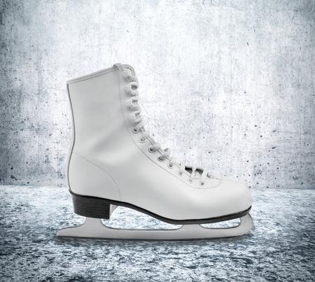 figure skate: Figura pat�n de hielo en el piso contra la pared de concreto Foto de archivo