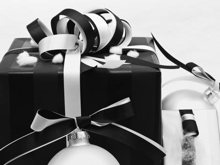 ruban noir: Vintage cadeau de Noël avec la décoration