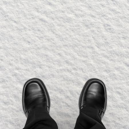 pantalones abajo: Zapatos de hombre de negocios en la nieve, vista aérea Foto de archivo