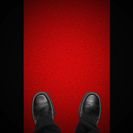 uomo rosso: piedi Celebrity uomo sul tappeto rosso su sfondo nero, vista dall'alto