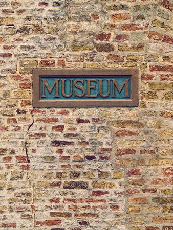 placa bacteriana: Vieja pared de ladrillo museo con la placa Foto de archivo