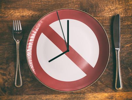 Ontbijtconcept overslaan zonder symbool en klok op de bord