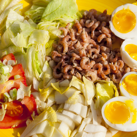 healthy shrimp salad with tomato and eggs Banque d'images