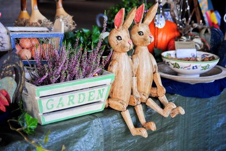 houten konijnen zitten tussen brocante producten