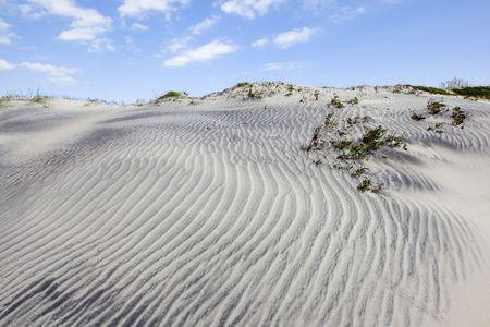 Blues Himmel mit Wolken über Sanddünen