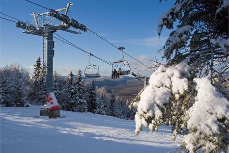 Zwei junge Skifahrer über einen Lift Stuhl Lizenzfreie Bilder