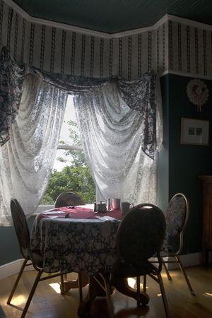 Tabelle für vier durch ein direkter Sonneneinstrahlung aus dem Fenster hervorgehoben
