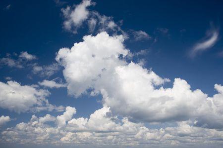Wolken am Himmel Abtreiben in schönen Sommertag