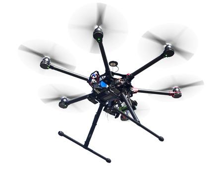 Ein fliegender Hexacopter mit Spinn Propeller isoliert auf weiß