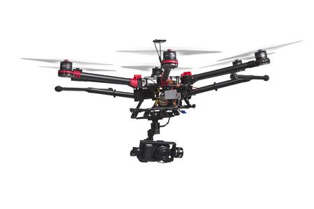 Ein fliegender Hubschrauber mit erhobenen Fahrwerke und eine Kamera, die isoliert auf weißem Hintergrund. Beschneidungspfad enthält. Lizenzfreie Bilder