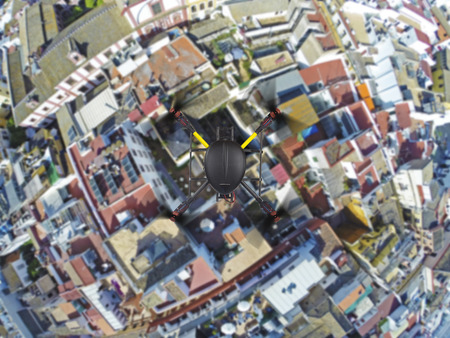 Eine Draufsicht auf eine quadcopter ohne Kamera fliegt über bunten Dächer der alten europäischen Stadt. Beschneidungspfad ist enthalten.