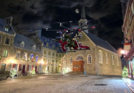 Eine Drohne machen Lieferung eines Strauß roter Rosen über leere Straßen der Altstadt Lizenzfreie Bilder