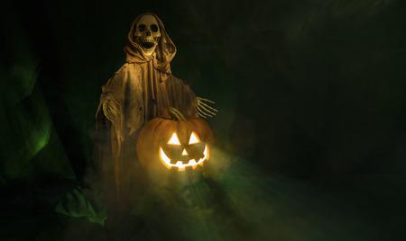 Ein gespenstisches Ghul ein lächelndes Halloween-Kürbis Bewachung