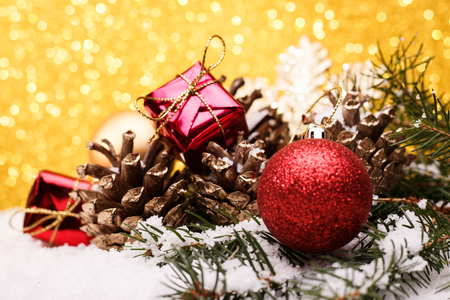 ゴールドの背景におもちゃをクリスマス ツリーのクリスマスの組成物。 写真素材