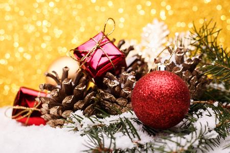 Weihnachtszusammensetzung des Weihnachtsbaums spielt auf einem Goldhintergrund. Standard-Bild - 88192511