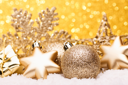 Weihnachtszusammensetzung des Weihnachtsbaums spielt auf einem Goldhintergrund. Standard-Bild - 88192538
