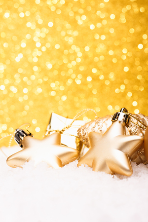 Christmas composition of Christmas tree toys on a gold background. Standard-Bild