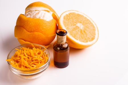 白い背景にオレンジ色のエッセンシャルオイル。 写真素材 - 97354164
