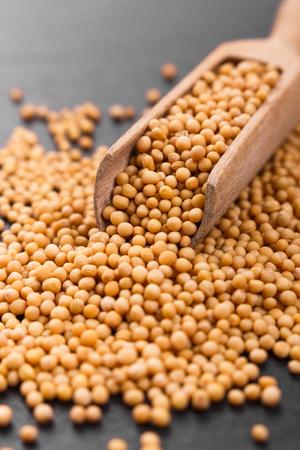 fresh grains of mustard on a rustic background. 免版税图像
