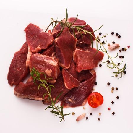 frisches Lammfleisch auf weißem Hintergrund.