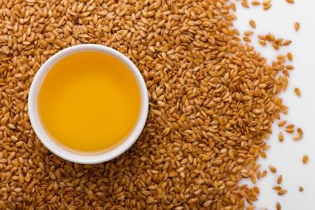 Samen des goldenen Flachses auf einem weißen Hintergrund. Standard-Bild
