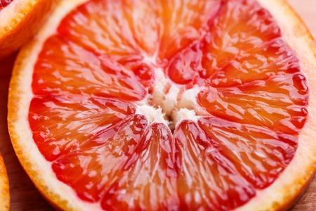 Arancia sanguigna tagliata in cerchi su uno sfondo scuro. Archivio Fotografico