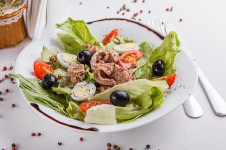 Fresh salad with iceberg lettuce,tomatoes,eggs,canned tuna and olives. Standard-Bild - 124194126