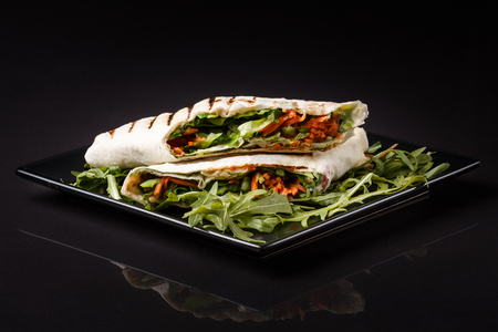Vegetarian pita with arugula and carrots. Standard-Bild - 124194130