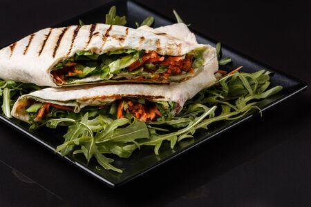 Vegetarian pita with arugula and carrots. Standard-Bild - 124900772