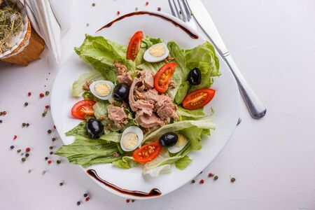 Fresh salad with iceberg lettuce,tomatoes,eggs,canned tuna and olives. Standard-Bild - 124900783