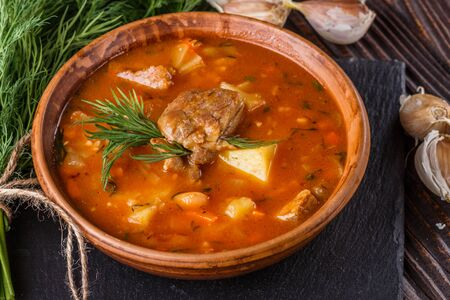 Chanahi a traditional Georgian meat stew in a bowl on stoyn board. Imagens