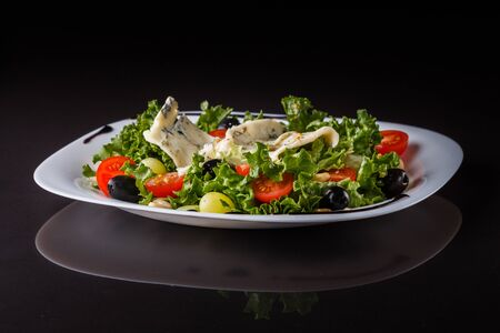 Salad provence. Mix lettuce tomato grape olive and blue cheese. Imagens