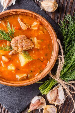 Chanahi a traditional Georgian meat stew in a bowl on stoyn board. Zdjęcie Seryjne