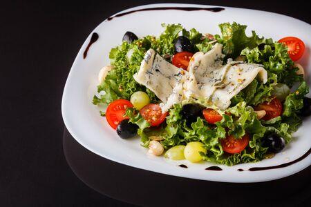 Salad provence. Mix lettuce tomato grape olive and blue cheese. Zdjęcie Seryjne
