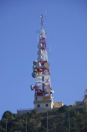 diffusion: Torre delle comunicazioni per la diffusione delle radiofrequenze e delle emissioni coperto Archivio Fotografico