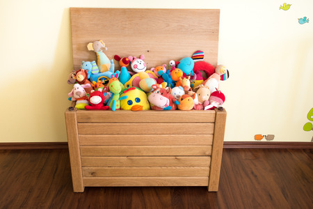 Toy Box vol knuffels in de slaapkamer van een kind Stockfoto